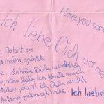 rosa Papier mit handschriftlichem Text