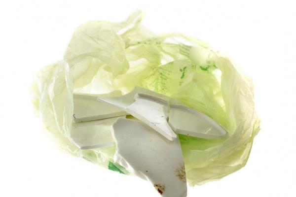 Scherben in Mülltüte