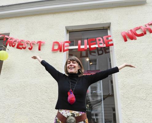 Luise Loué vor dem Museum