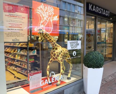Giraffe im Schaufenster bei Karstadt