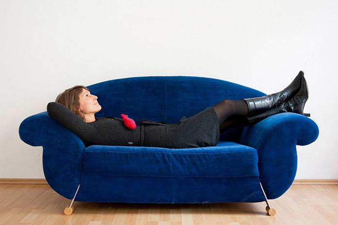 Luise Loué auf der Couch