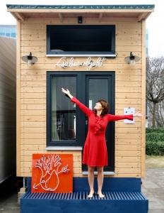 Luise Loué vor ihrem Tiny House