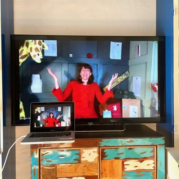 Frau Wohnzimmer PC Fernseher